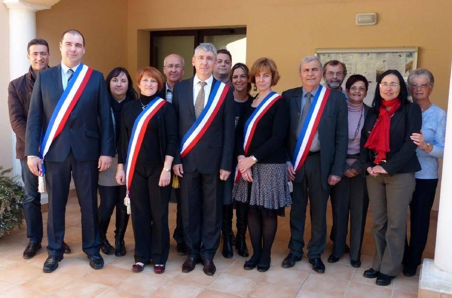 Entouré de cinq anciens et neuf nouveaux élus, Albert Filippi entame son second mandat avec le sourire.