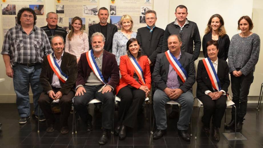 Huguette Layet (en rouge au centre) entourée de sa nouvelle équipe municipale.