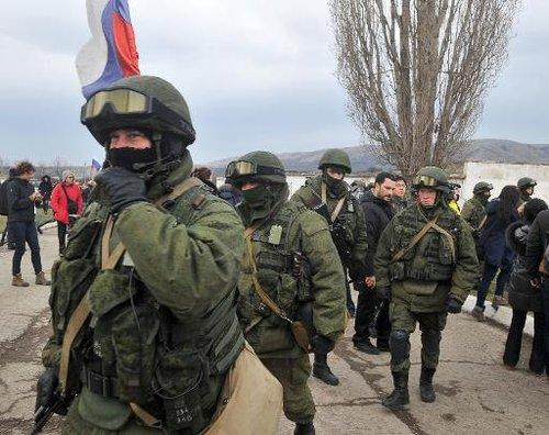 Des hommes en armes le 2 mars 2014 à Perevalne près de Simféropol.