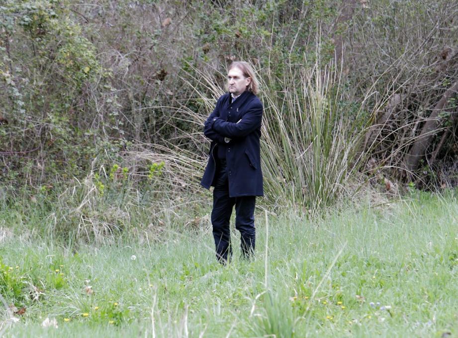 Le brigadier Eric Chabot à l'endroit précis où a été découvert le corps d'Aurélie.