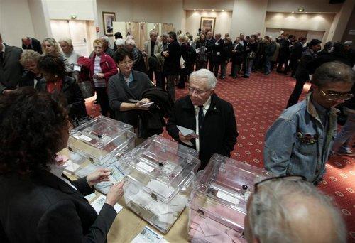 Selon un dernier décompte terminé à 3h20 du matin, l'écart enregistré entre le nombre de bulletins et les signatures dans le bureau de vote de la 1e circonscription de Nice serait de 119.