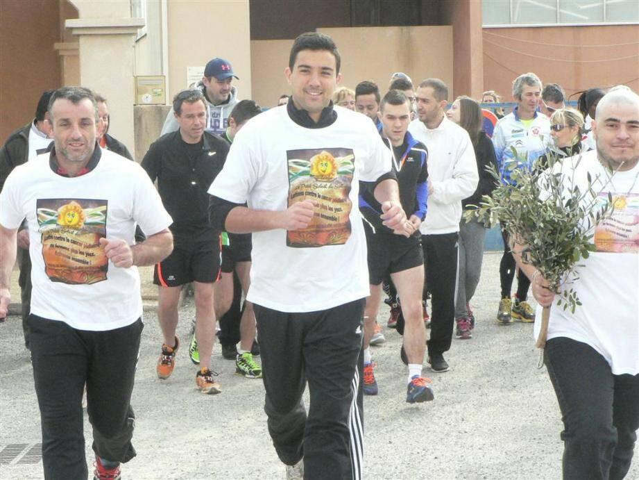 Aux côtés de Guillaume Chambon représentant la municipalité de Lorgues, le papa de Flavye (à droite) a participé à une course à pied en tenant une branche d'olivier, symbole de vie.