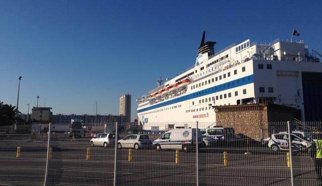 Les voitures de police devant le ferry ce vendredi matin à Toulon.