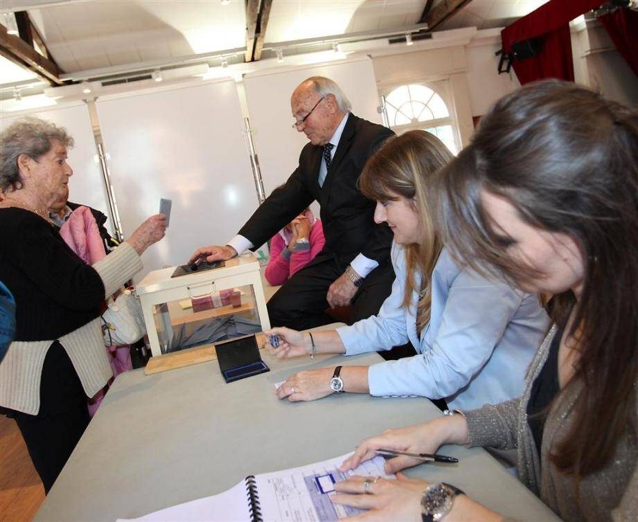 Le maire, Jean-Pierre Tuveri, fait voter une ancienne journaliste de Var-matin, Marie-Claude Pichon.
