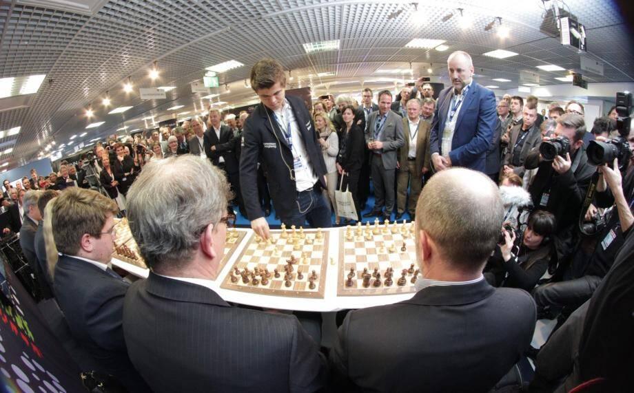 Le champion du monde d'échecs, le jeune Norvégien Magnus Carlsen, en démonstration à Cannes