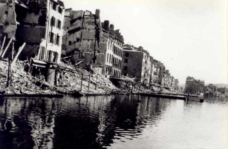Les bâtiments du front de mer entièrement détruits après les bombardements en série des Alliés sur les sites stratégiques de Toulon.