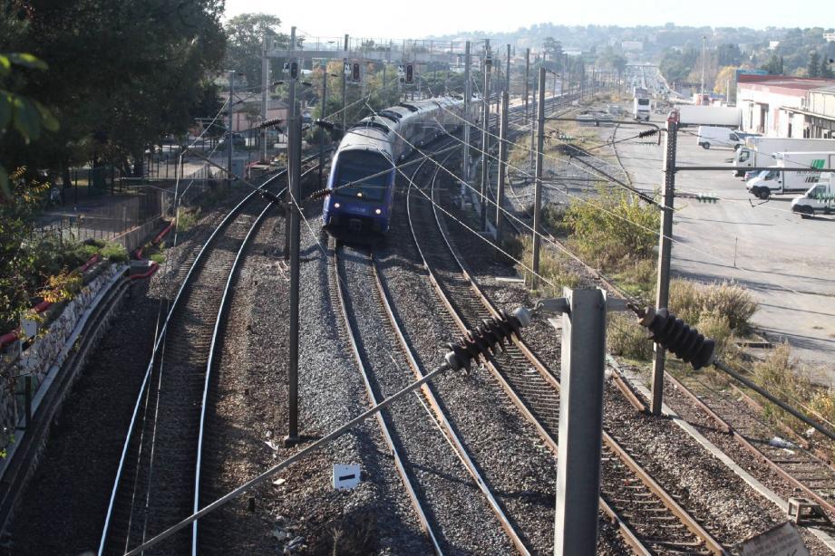 Une troisième voie SNCF a été mise en service entre Cagnes et Antibes le 15 décembre 2013
