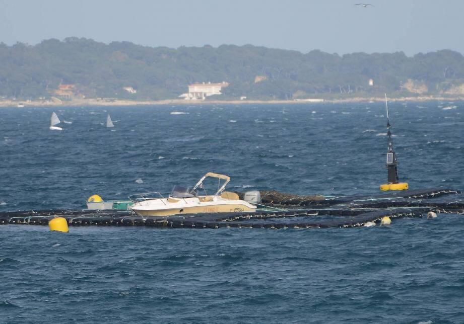 La vedette échouée près de l'île Sainte-Marguerite.