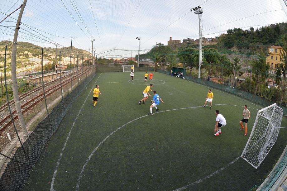Entre 18 heures et 1 heure du matin, quasiment tous les jours, les terrains italiens de cette discipline de foot à 5 affichent complet. Et ce sont en majorité les Français qui les fréquentent.
