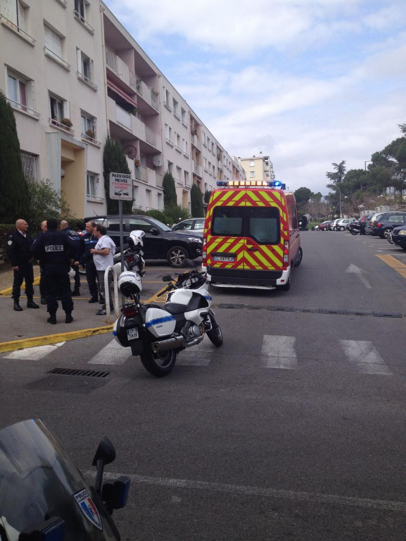 Polices nationale et municipale sur les lieux de l'agression. Le blessé a reçu les premiers soins dans l'ambulance des pompiers avant d'être transporté à l'hôpital de Cannes.
