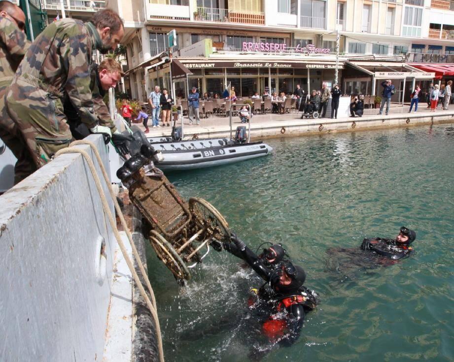 Parmi les objets insolites retrouvés cette année devant les quais du port de Toulon, les plongeurs ont découvert un fauteuil roulant et plusieurs chariots de supermarché.