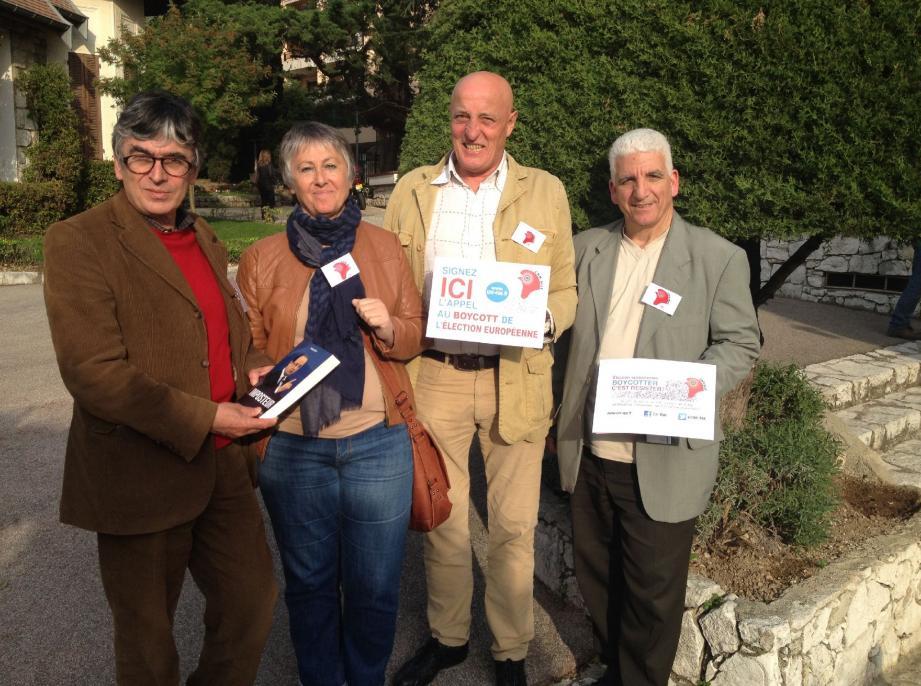 De gauche à droite, Jacques Cotta, Anna Persechini, Lucien Pons et Alex Falce. « Ni UE, ni FN » est leur slogan pour appeler au boycott.