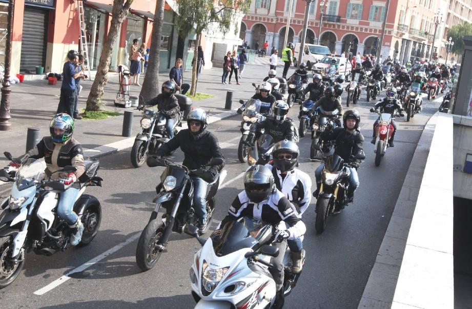 Quelque 400 motos ont convergé hier, depuis Nice (ci-dessus) et Antibes, vers Cagnes-sur-Mer pour faire entendre leurs revendications.
