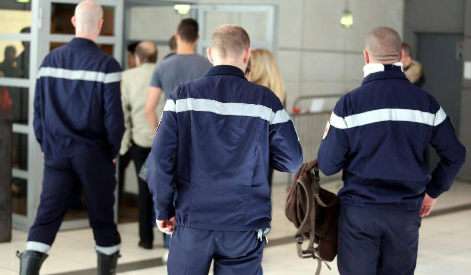 L'arrivée des pompiers agressés au palais de justice.