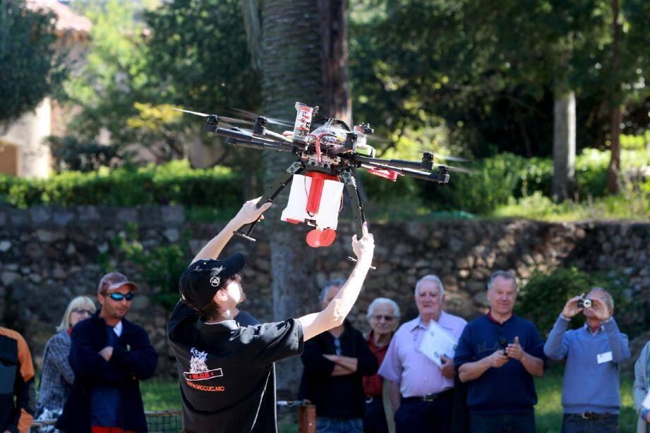 Il y a quelques jours, des démonstrations des techniques de traitement biologique des palmiers ont été effectuées dans la vallée de Sauvebonne durant une matinée. Et notamment de la toute dernière : le drone !