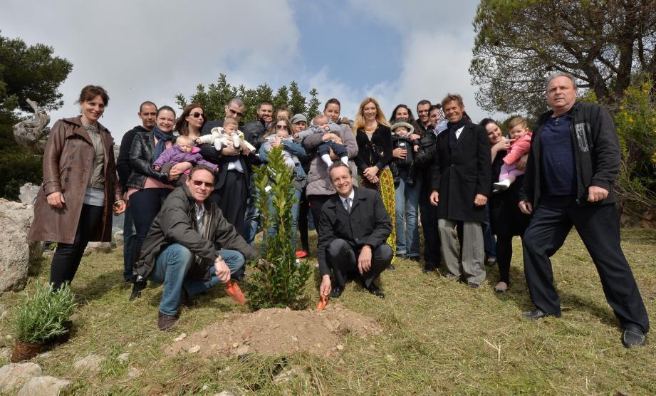 Entouré par des enfants (et leurs parents) nés en 2013 en Principauté, le maire de Monaco Georges Marsan a renouvelé l'opération « Une naissance = un arbre », en compagnie de Jean-Jacques Raffaele, nouveau maire de La Turbie.