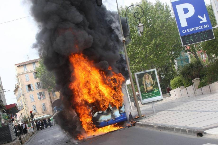 Un bus brûle en plein centre ville à Hyères