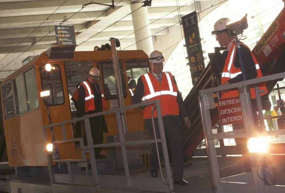 Le prince Albert II a embarqué à bord d'une draisine pour visualiser les nouveaux aménagements.Une manière aussi de saluer le travail fastidieux et complexe effectué par les ouvriers.