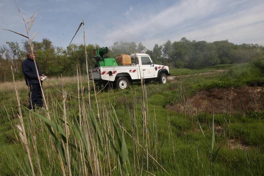 Le service démoustication de la ville d'Hyères intervient sur les secteurs envahis par les moustiques signalés par les riverains, mais uniquement sur les terrains et espaces communaux.