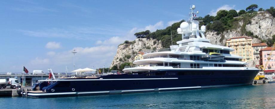Le Yacht Luna dans le port de Nice