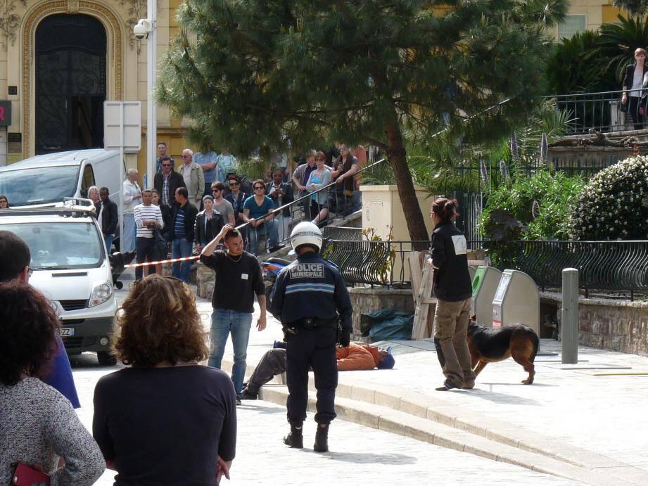 Les agents municipaux ont maîtrisé le chien pour pouvoir porter secours au maître rue Venizelos, ce mardi après-mdi