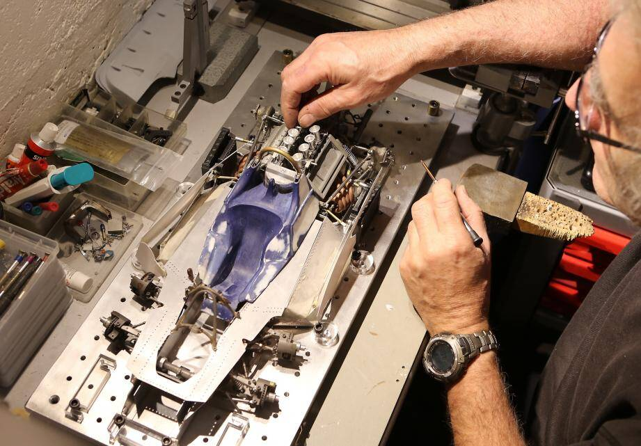 Jean-Luc Filippi réalise lui-même les milliers de pièces qui composent chaque maquette