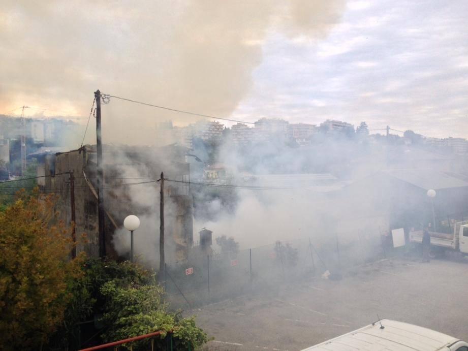 Une maison désaffectée en feu à l'ouest de Nice.