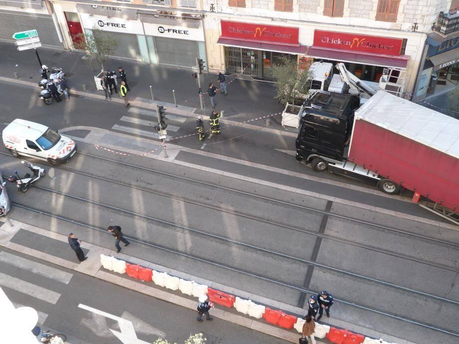 Une caténaire a été arrachée par un camion en bas de l'avenue de Mallausséna, juste après le pont SNCF.