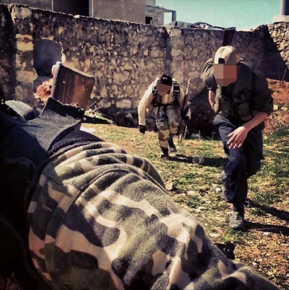 Une photo de Hakim prise au combat dans les ruines d'Alep trône en bonne place sur son profil Facebook.(DR)