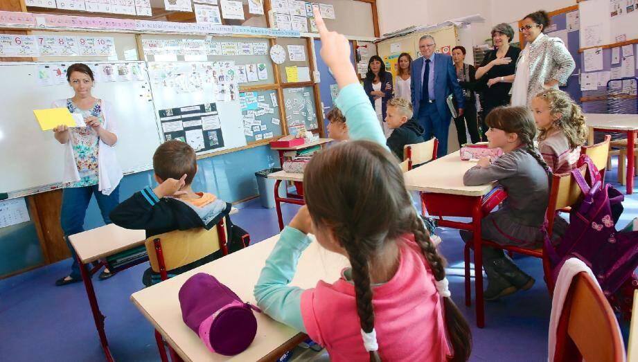 La rectrice, Claire Lovisi (robe noire en arrière-plan), en visite hier à l'école du Broc, l'une des trois à appliquer les nouveaux rythmes scolaires.