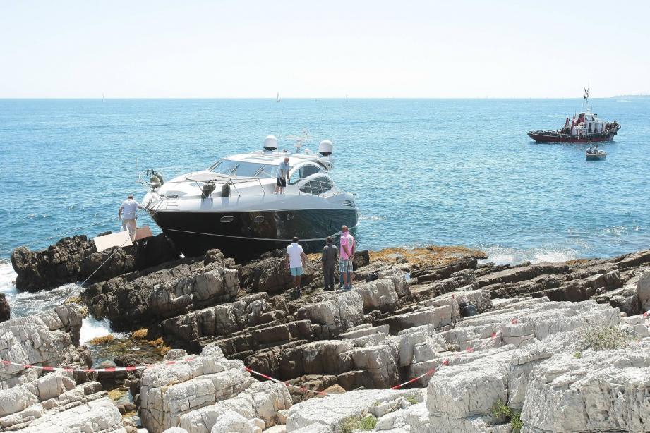 Hier, capitaine, plongeur et remorqueur s'activaient pour colmater les brèches dans le bateau, afin de pouvoir le remorquer jusqu'au port de Golfe-Juan.