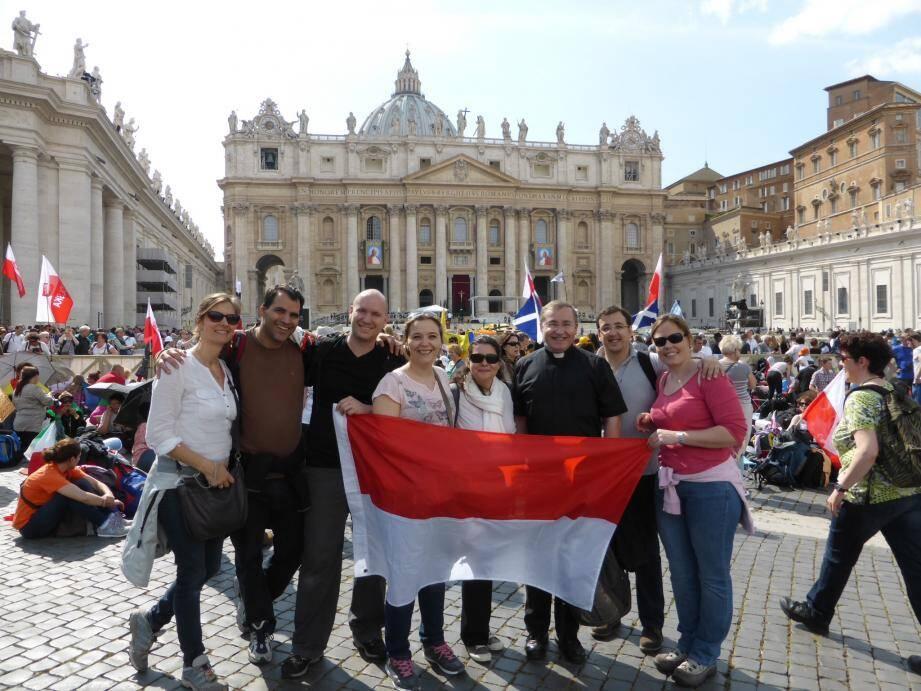 """Un groupe de trentenaires de la """"génération Jean-Paul II"""" s'est rendu à Rome pour assister à la canonisation des papes Jean-Paul II et Jean XXIII."""