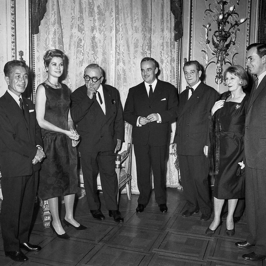 Le couple princier, Rainier III et Grace de Monaco, entouré de plusieurs membres du jury du Festival de télévision de Monte-Carlo.De gauche à droite : Tetsuro Furukaki, Marcel Achart, Marcel Pagnol, Judith Anderson et Gore Vidal.