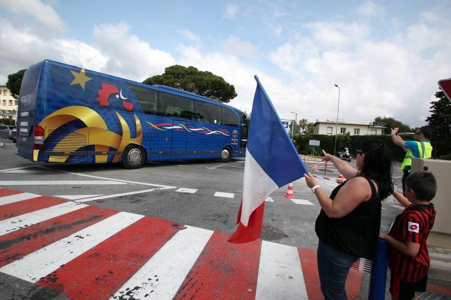 Le car des Bleus est arrivé à Nice.