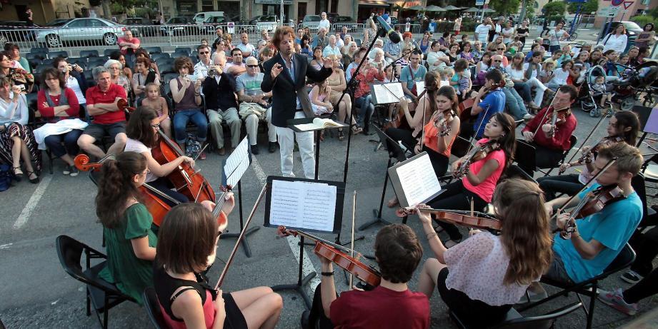 Toute la journée et en soirée, les groupes mentonnais se produiront à travers la ville pour célébrer le premier jour de l'été. Le conservatoire municipal présentera aussi ses classes.