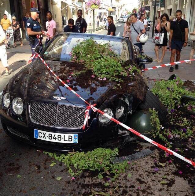 Bentley renverse des piétons à Cannes