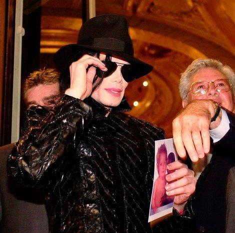 Lorsqu'il était de passage à Monaco, le roi de la pop descendait à l'Hôtel de Paris. Il recevait ses fans par groupe de dix directement dans sa suite. Ici en 1996.