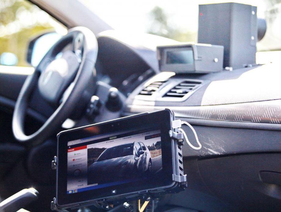 Dans la voiture « radar mobile », l'image du véhicule flashé, avec toutes les données, arrive dans l'ordinateur.