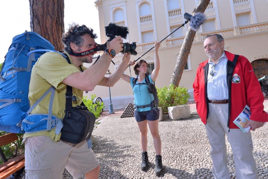 Le couple compte réaliser un documentaire de 52 minutes. Ici, avec Robert Gstalder, secrétaire général du Club Alpin monégasque.