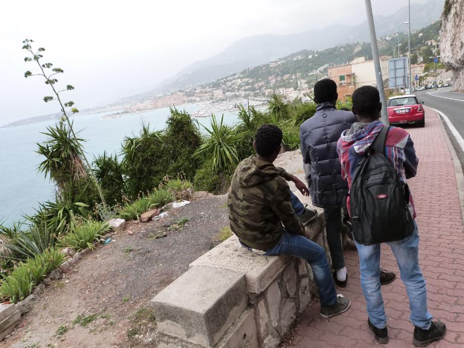 Arrivés de Vintimille par les chemins de traverse, de jeunes Erythréens découvrent sous leurs yeux le port de Garavan, en attendant le moment propice pour franchir la frontière.