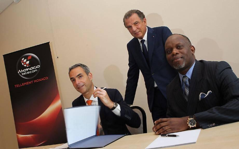 Michel Dotta, président de la CDE (au centre), a assisté à la signature du partenariat entre Martin Peronnet, le directeur général de Monaco Telecom (à gauche), et Jean-Bruno Obambi, le PDG d'Azur Telecom.