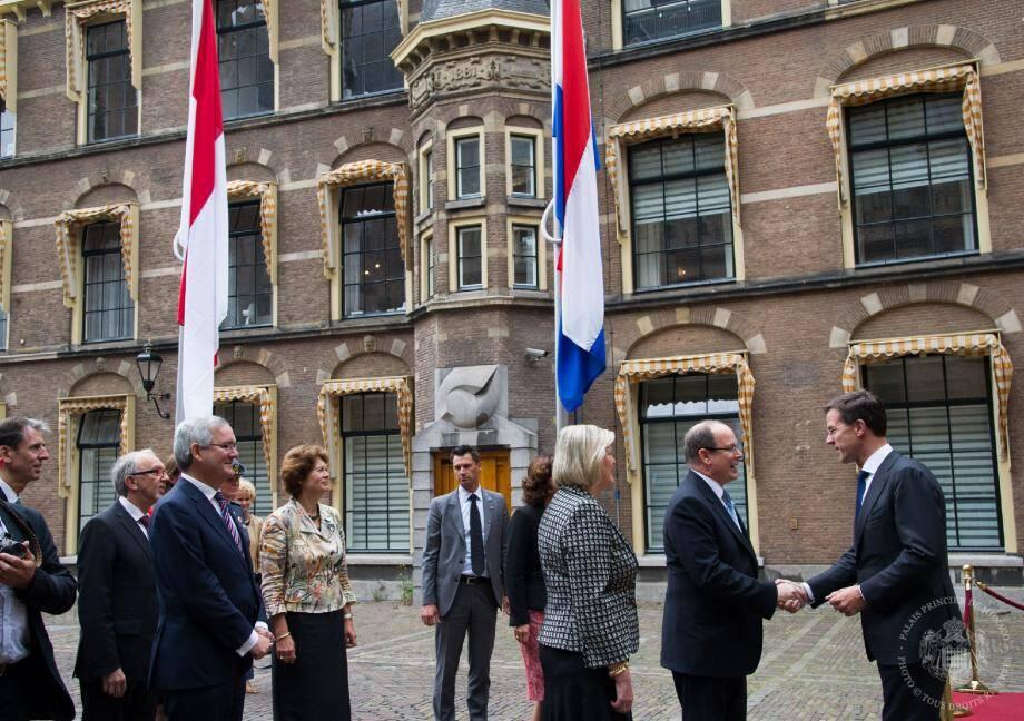 Hier matin, à La Haye, le souverain a été reçu par le Premier ministre néerlandais, Mark Rutte. À droite : temps fort de la séquence institutionnelle, un arrangement cadre signé entre les deux pays, notamment par Gilles Tonelli, ambassadeur extraordinaire et plénipotentiaire de Monaco aux Pays-Bas.