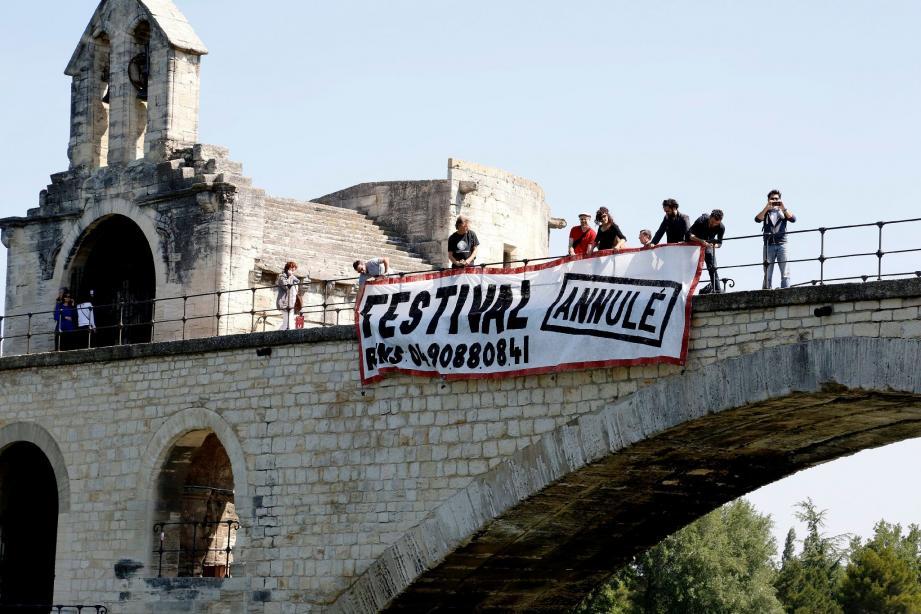 Dans plusieurs grandes villes, à Paris, à Rennes ou encore, ici, à Avignon, des affiches de festivals sont barrées d'un bandeau où il est écrit « Annulé », avec, en dessous, le numéro du standard du Medef. (PhotoPQR/La Provence/J. Rey)