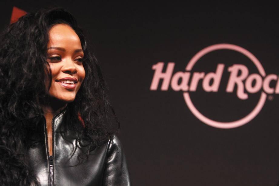 Tout sourire, tout en cuir, la rockstar a déclenché l'hystérie collective à Paris.