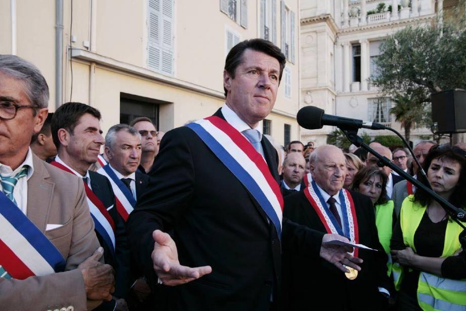 La foule des maires ou adjoints d'une centaine de communes du département rassemblés avec des parents d'élèves, enseignants, personnel communal et associatif, devant le palais préfectoral à Nice.