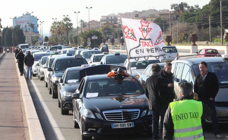 A l'occasion du dernier Festival de Cannes, les taxis niçois avaient installé des barrages filtrants aux abords de l'aéroport de Nice pour protester contre la concurrence, selon eux « déloyale », des VTC.