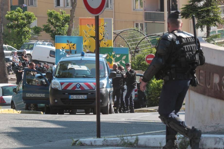 Appuyés d'un escadron de la gendarmerie mobile, du groupe d'intervention régional de Nice et d'un hélicoptère, les gendarmes du groupement des Alpes-Maritimes sont intervenus mardi matin dans l'ancien quartier de la Blaquière.