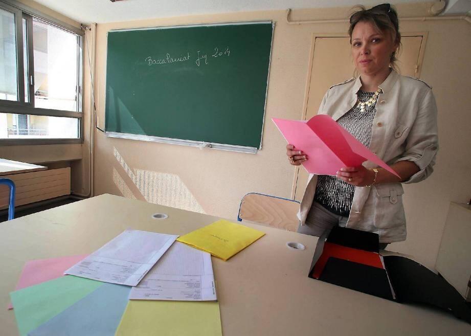 Marie-Noëlle Boyat, proviseur adjoint du lycée Jules-Ferry, orchestre les préparatifs, comme la réception des feuilles de brouillon de couleurs différentes pour éviter les échanges...