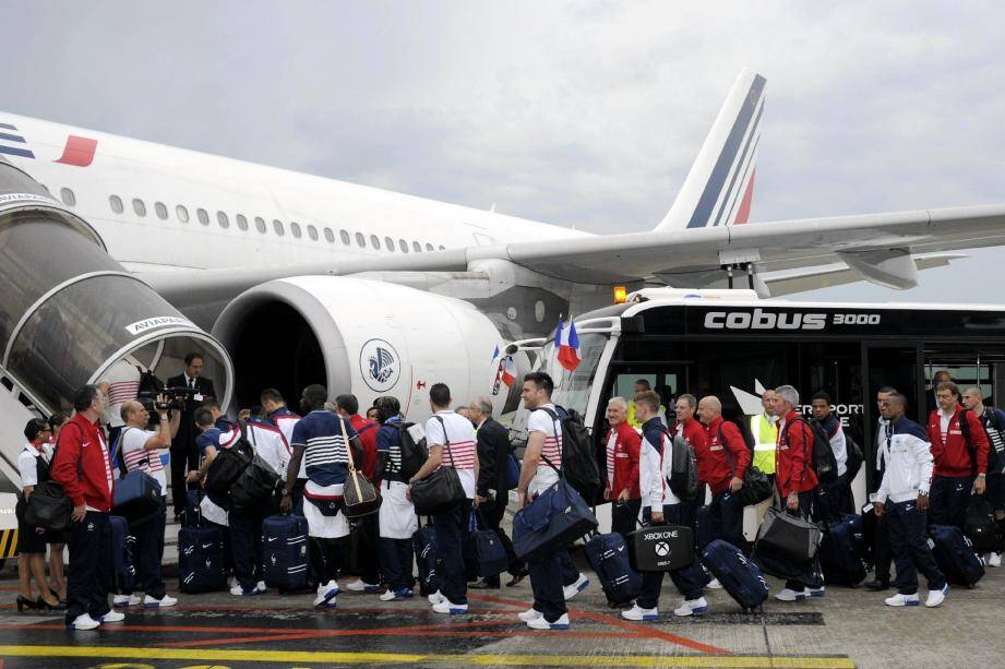 Les Bleus lundi à Lille lors de leur embarquement. Après 18 heures de vol, ils sont arrivés dans leur camp de base au Brésil.