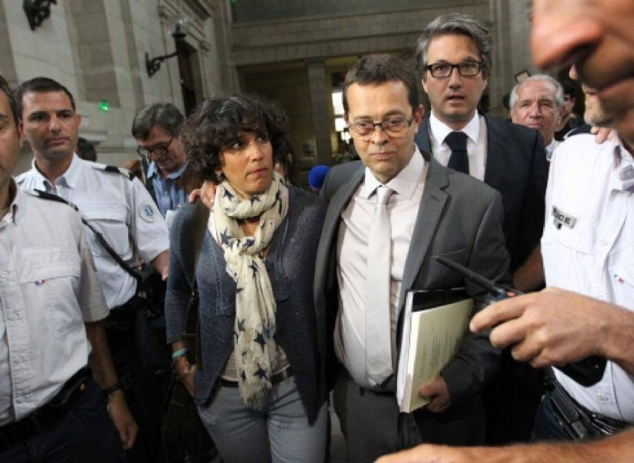 Bien qu'aucune des familles n'ait porté plainte, deux seulement s'étant portées partie civile, le Dr Nicolas Bonnemaison - ici soutenu par son épouse - risque la réclusion criminelle à perpétuité.